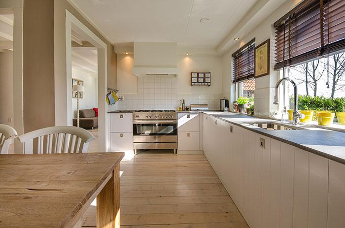 Vďaka svetlým farbám dreva sa celá kuchyňa rozjasní.